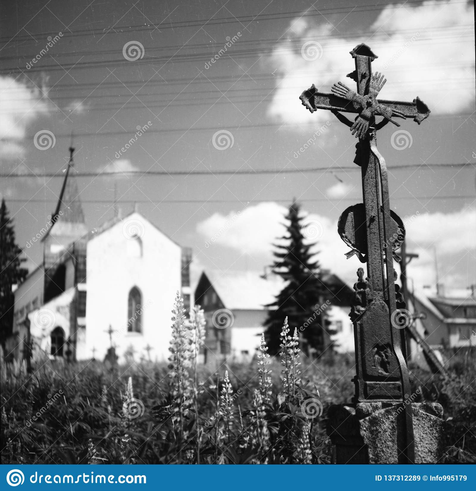 Ein Kirchhof am Dorf Kvilda in der Tschechischen Republik