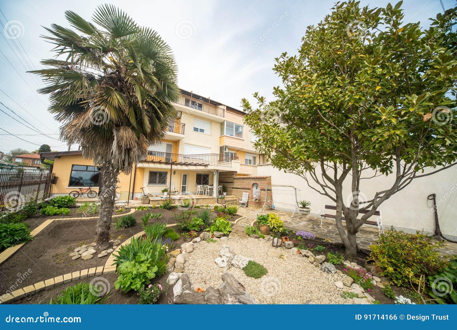 Ein Kleiner Japanischer Garten Im Burgas-Viertel Von Sarafovo In ...