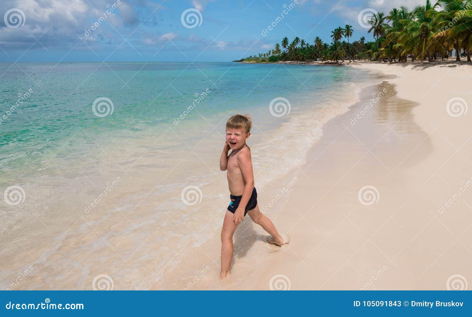 Ein Kleiner Junge Auf Einem Tropischen Strand Stockbild
