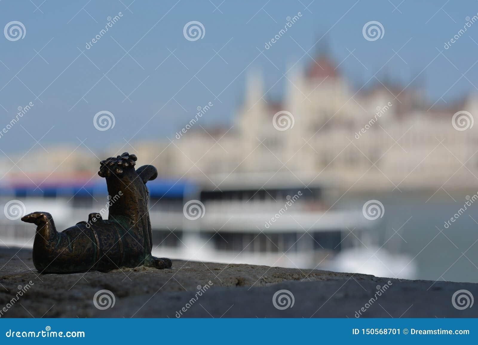Ein kleiner Wurm, der Budapest aufpasst