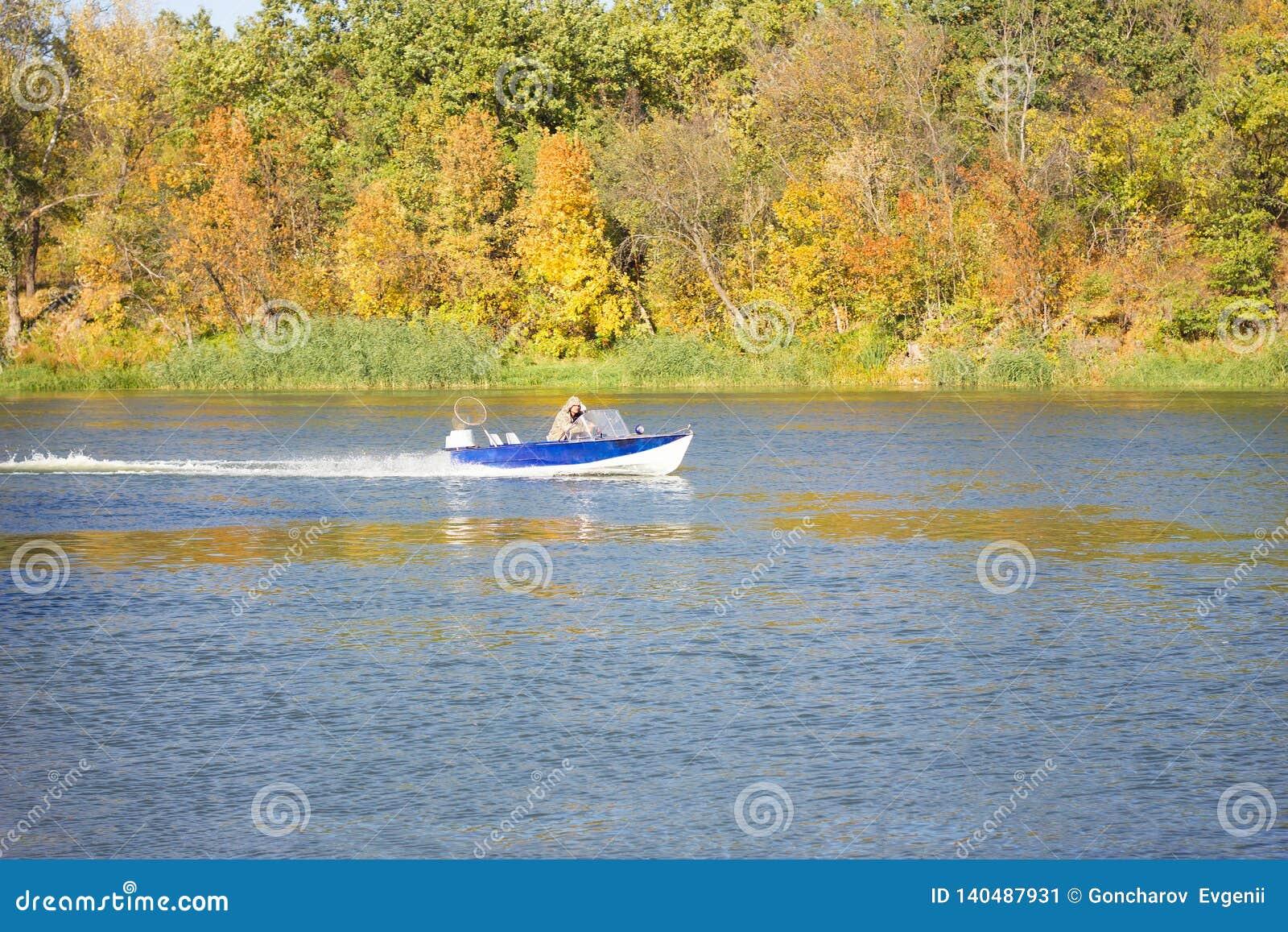 Ein kleines Boot schwimmt an