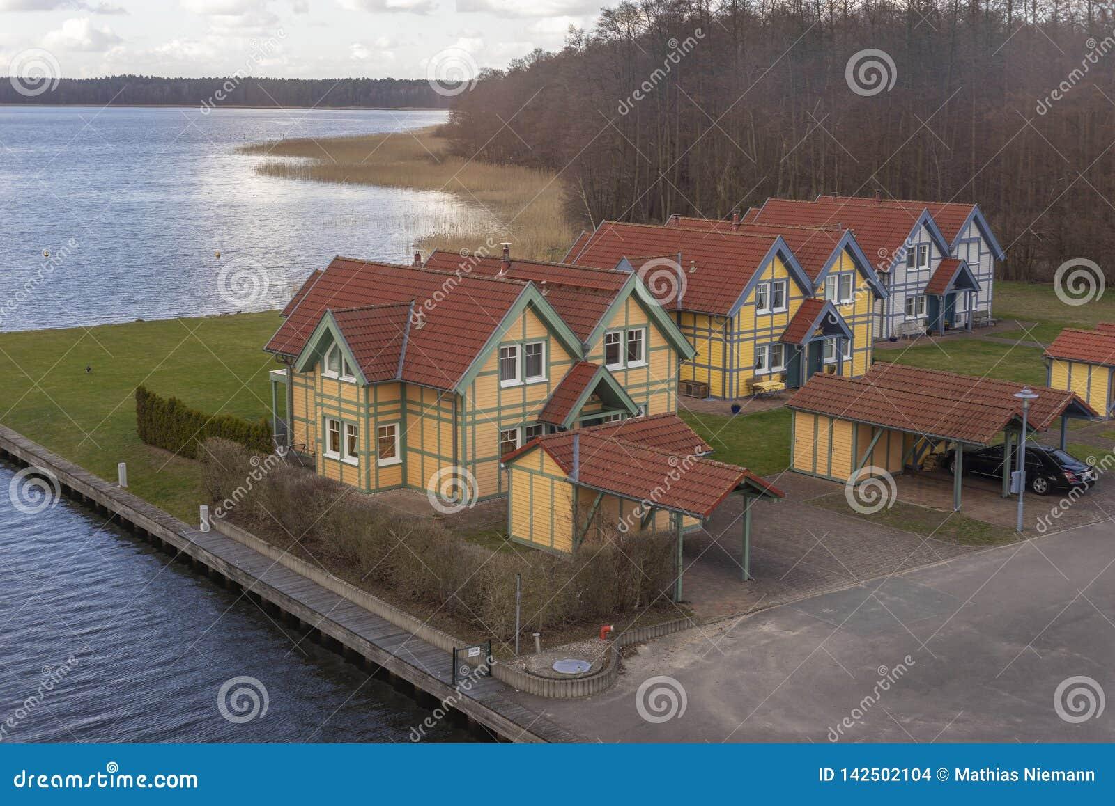 Ein Kleines Dorf Mit Sommerhuschen In Deutschland In Der Nhe Der See Stockfoto   Bild von ...