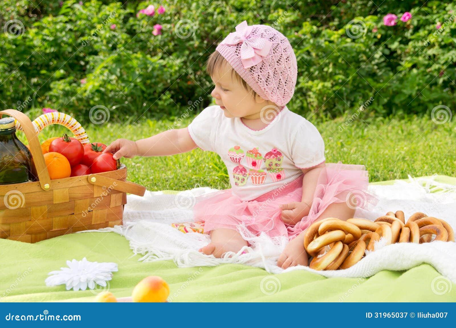 Ein kleines Kind, das auf einem Picknick stillsteht