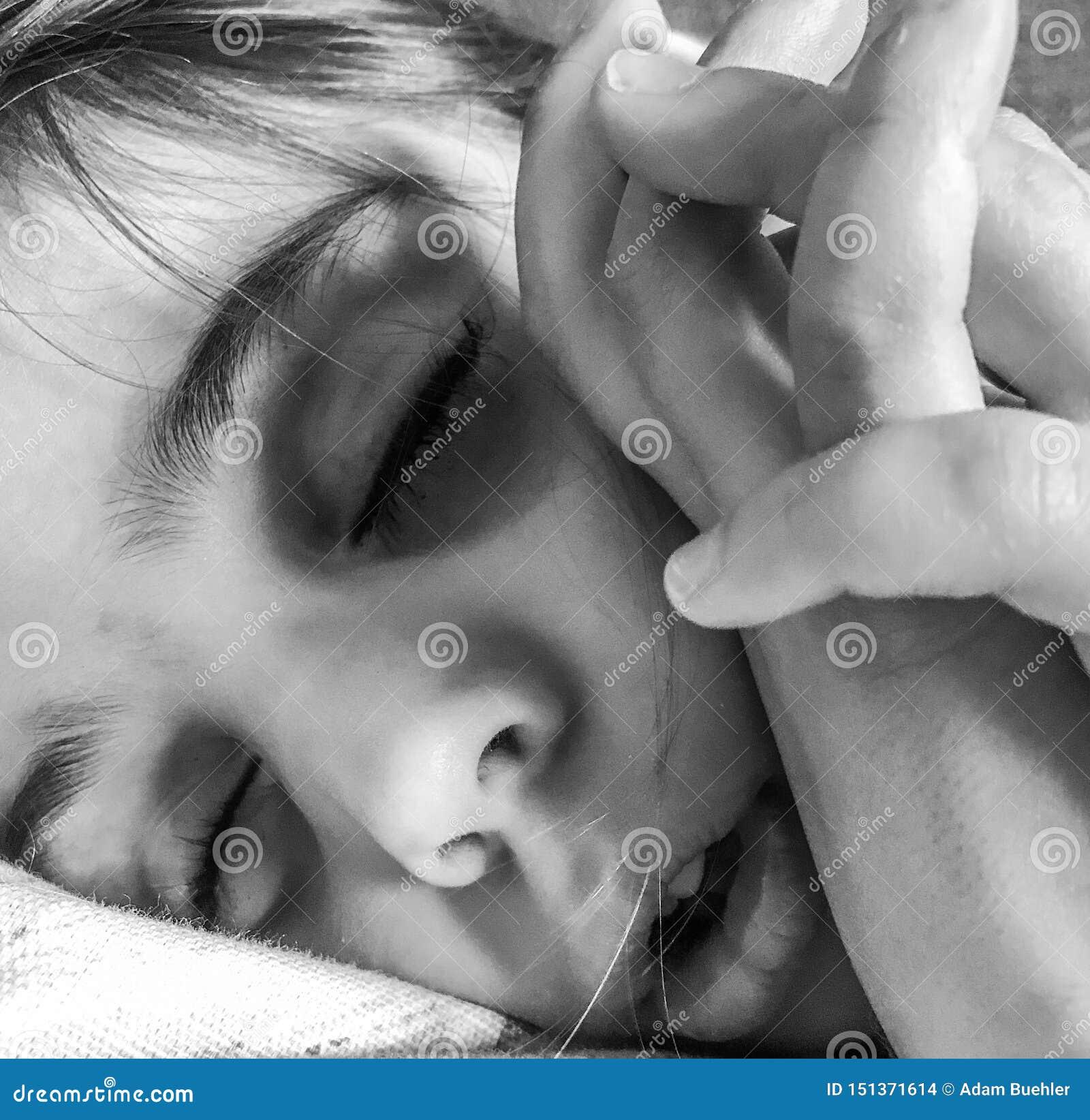 Ein kleines Mädchen, das ein Schläfchen hält