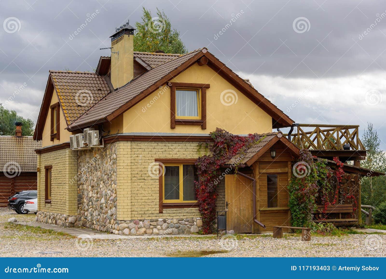 Wunderbar Ein Kleines Modernes Haus Gemacht Vom Gelben Ziegelstein Und Vom Stein