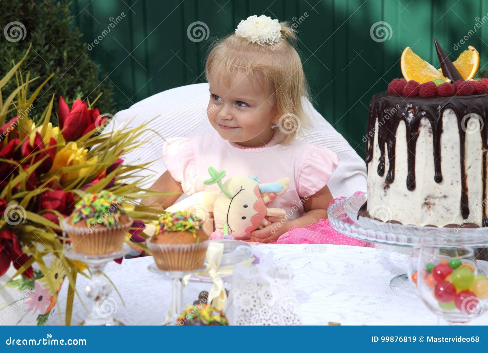 Ein Kleines Weiss Haariges Madchen Von Zwei Jahren Versucht Einen