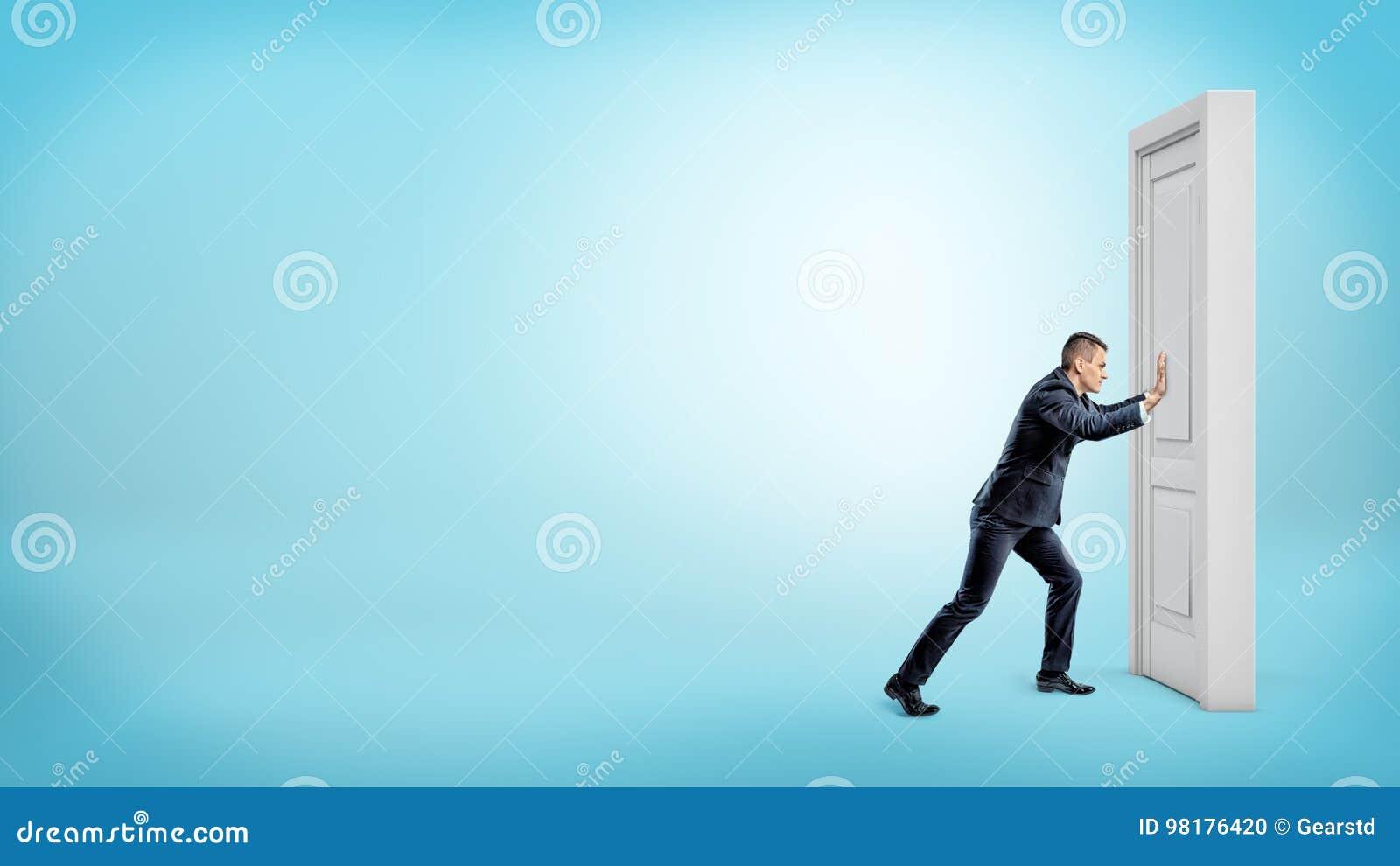 Ein Kleinunternehmer Drückt Eine Geschlossene Tür Auf Einem Weißen ...