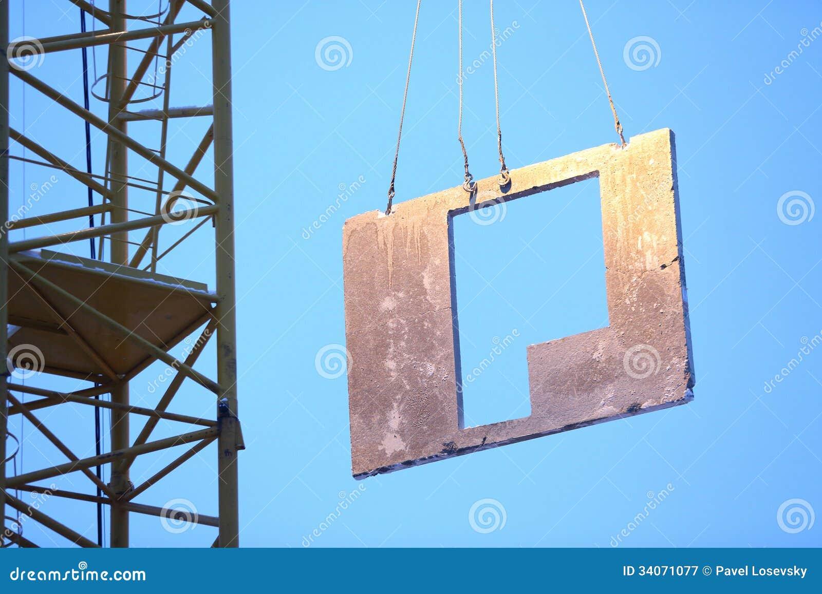 ein kran hebt die platte an um ein haus zu bauen lizenzfreie stockfotografie bild 34071077. Black Bedroom Furniture Sets. Home Design Ideas