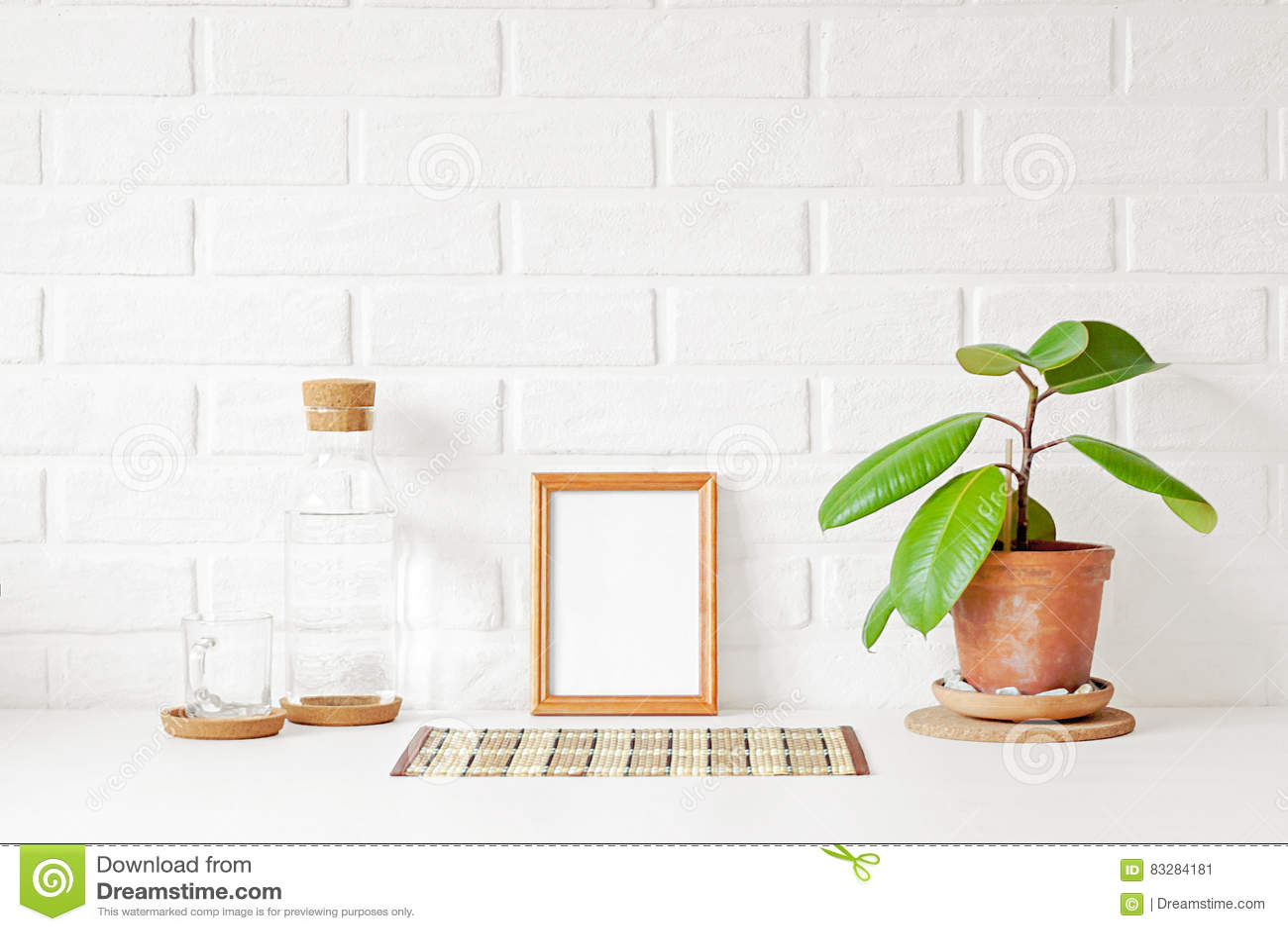 Ein Leerer Hölzerner Bilderrahmen Mit Weißem Kopienraum Auf Tabelle ...