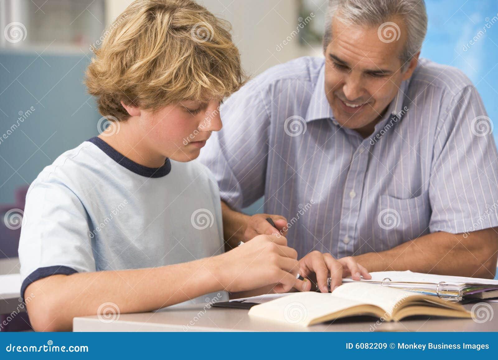 Ein Lehrer weist einen Schüler an
