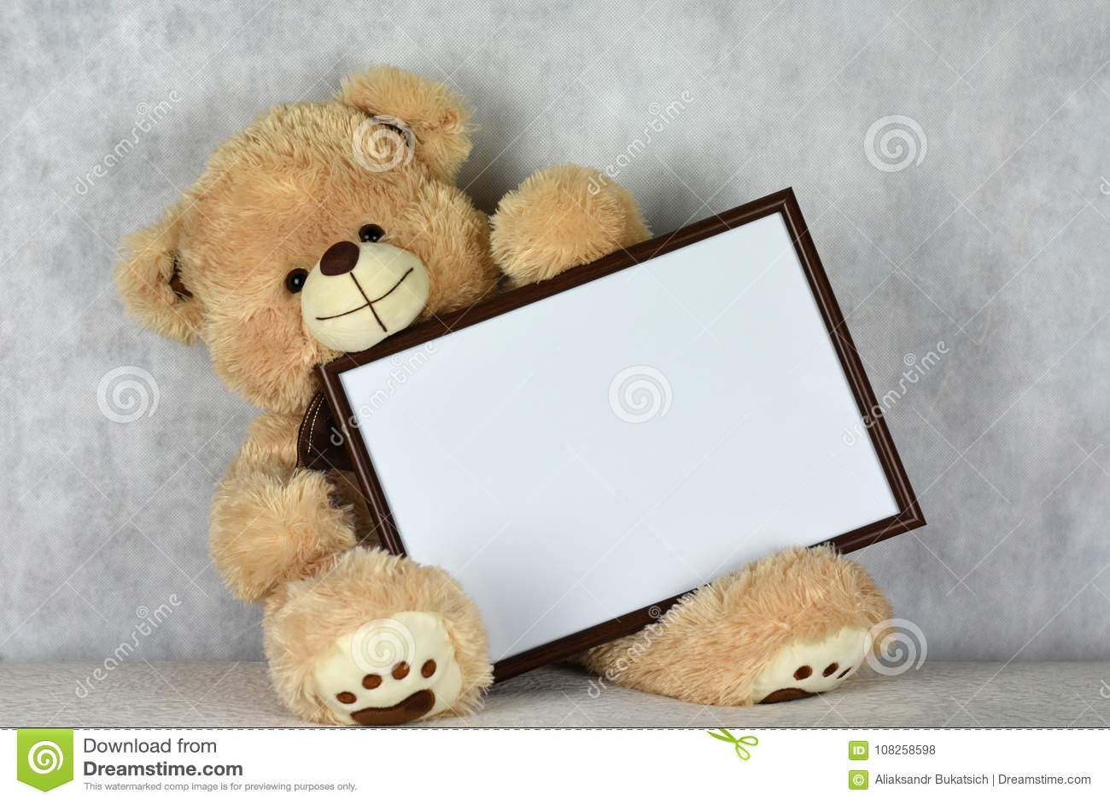 Ein Liebevoller Teddybär Hält Einen Rahmen Mit Einem Herzen Am Tag ...
