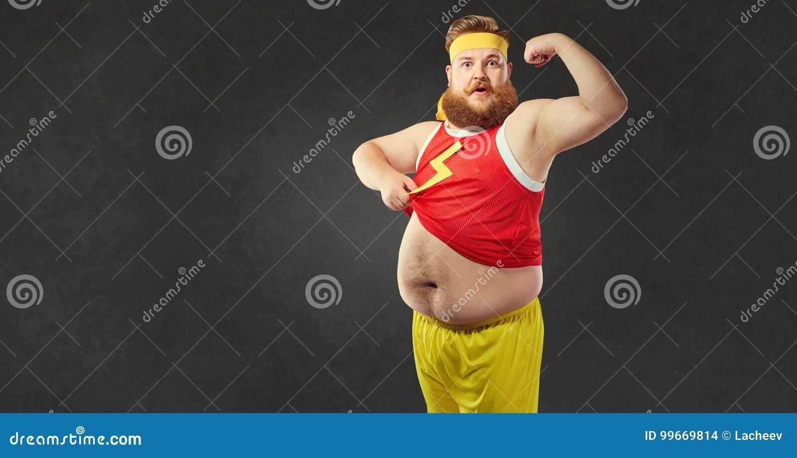 Ein lustiger dicker Mann mit einem dicken Bauch zeigt die Muskeln auf seinem Arm