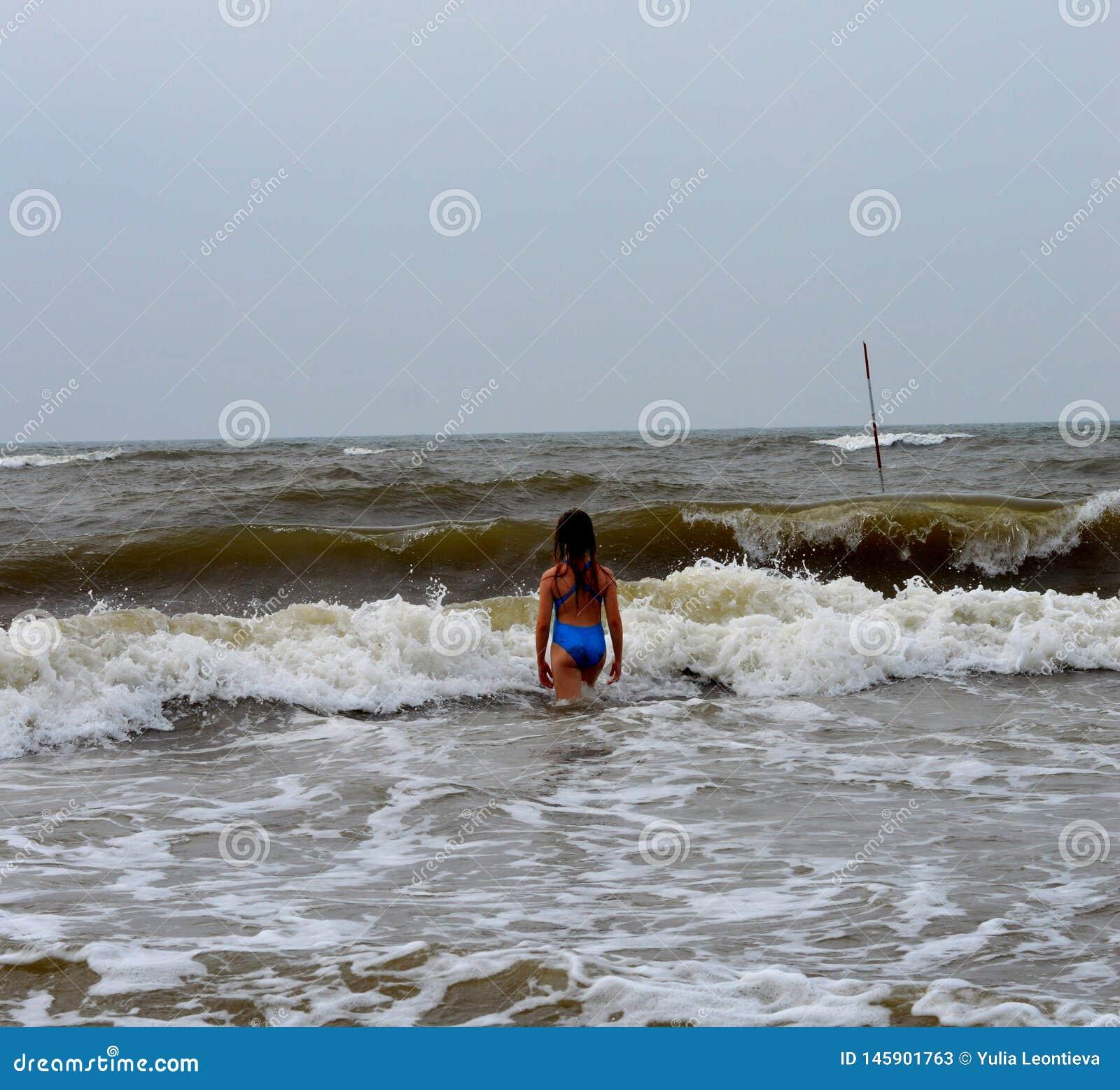 Ein Mädchen in einem blauen Badeanzug auf dem Yellow Sea