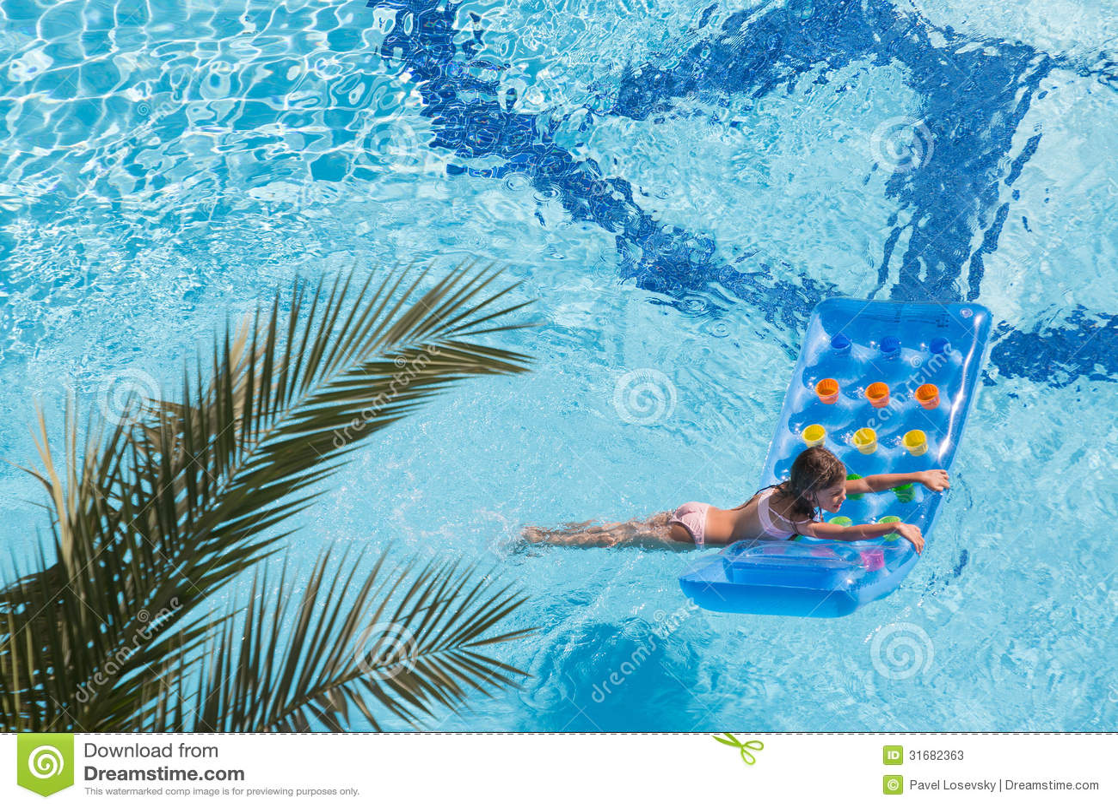 ein m dchen schwimmt auf aufblasbare farbige matratze stockfotos bild 31682363. Black Bedroom Furniture Sets. Home Design Ideas