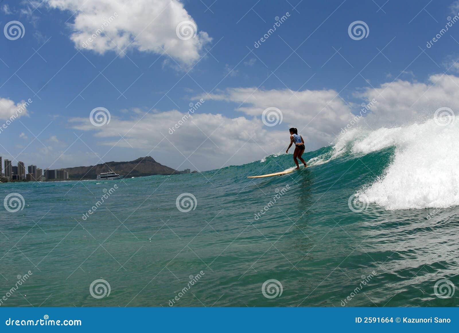 Ein Mädchen-Surfer