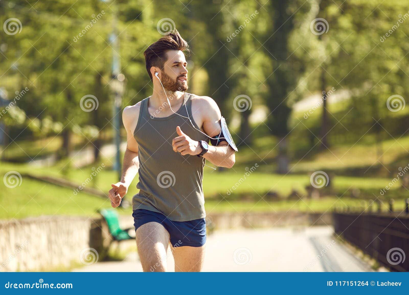 Ein männlicher Läufer der Junge rüttelt im Park