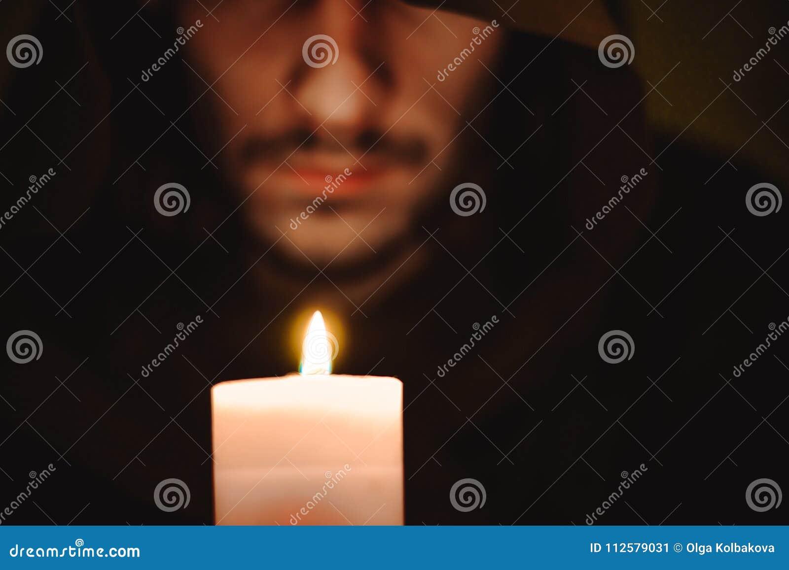 Ein Mönch mit einer Kerze