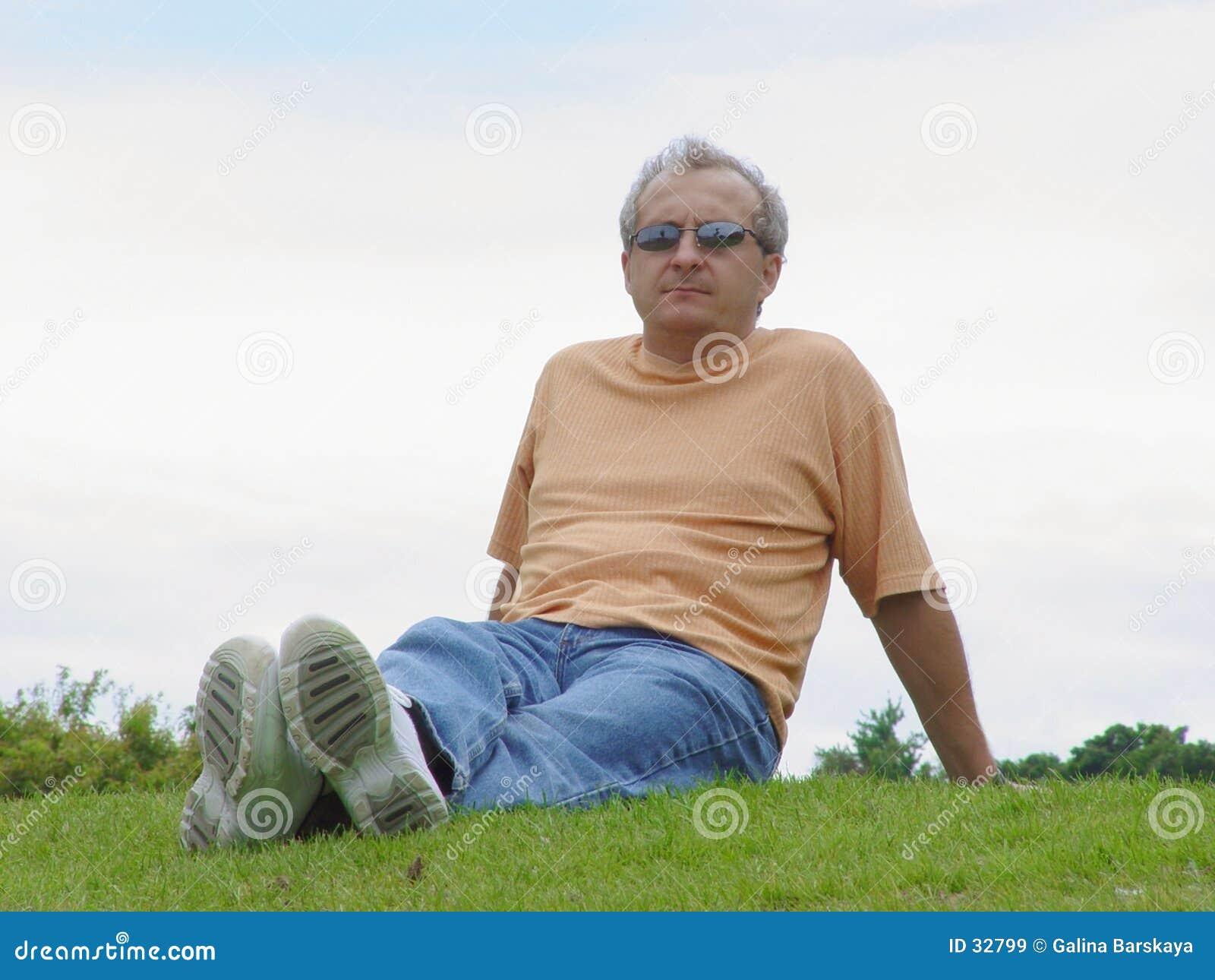 Ein Mann auf dem Gras