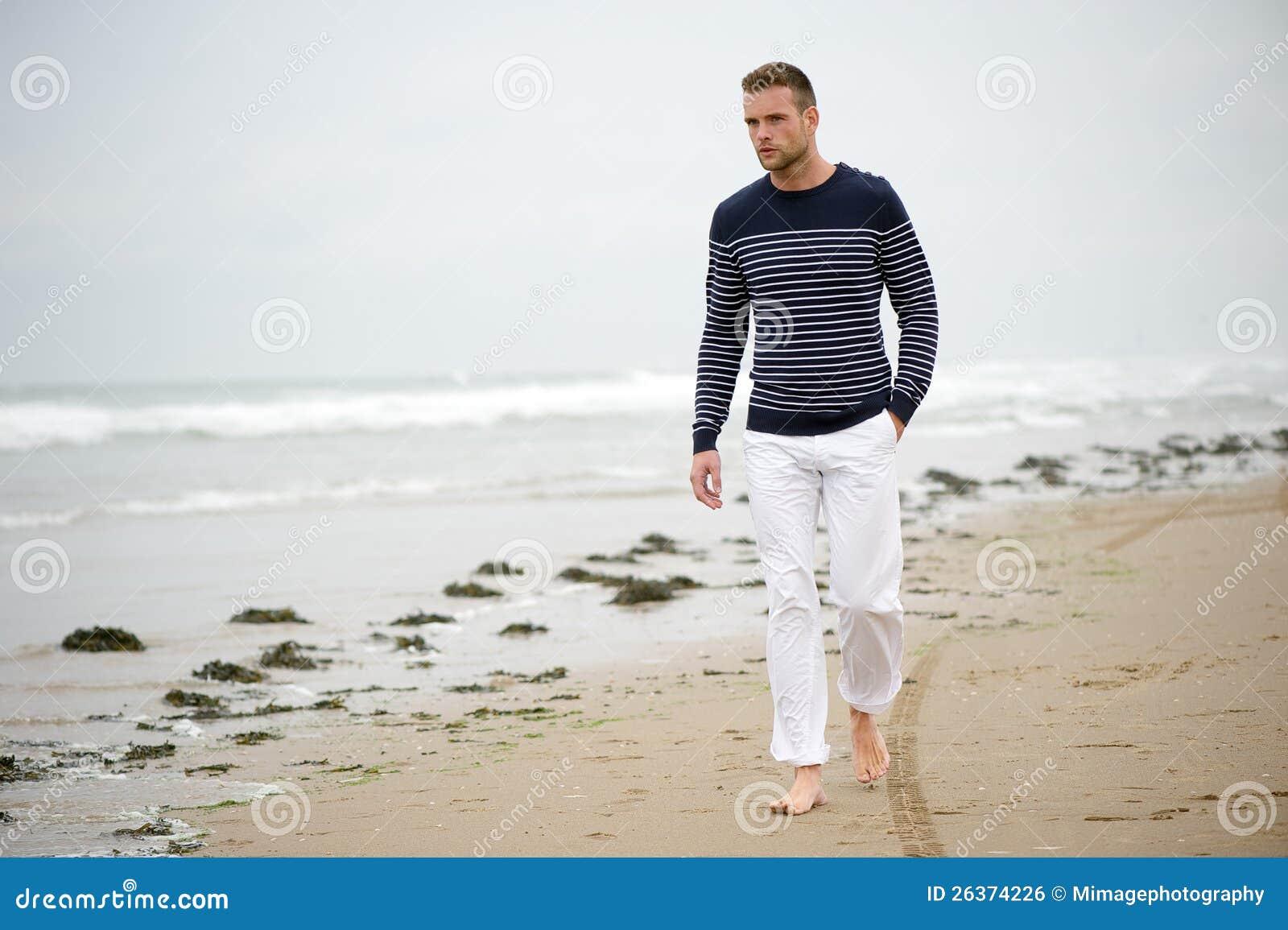 Ein Mann, der auf den Strand geht