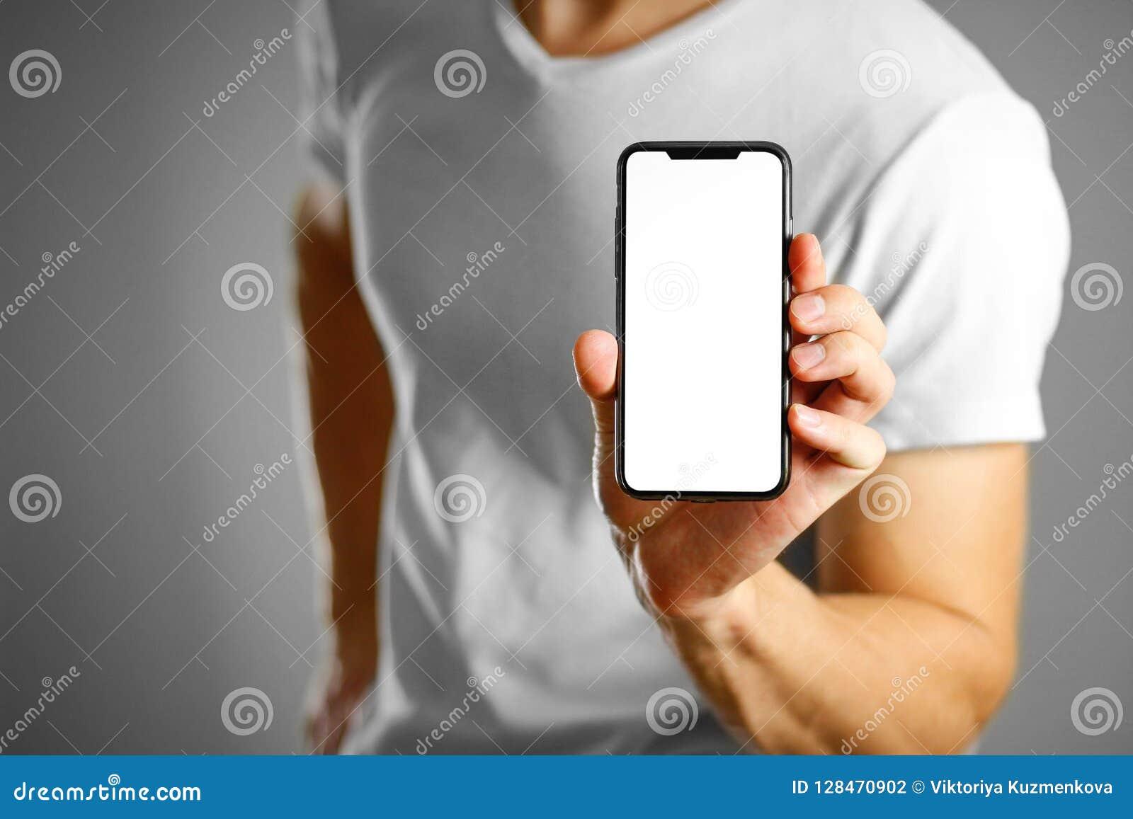 Ein Mann, der einen schwarzen Smartphone mit einem weißen leeren Bildschirm hält Smar