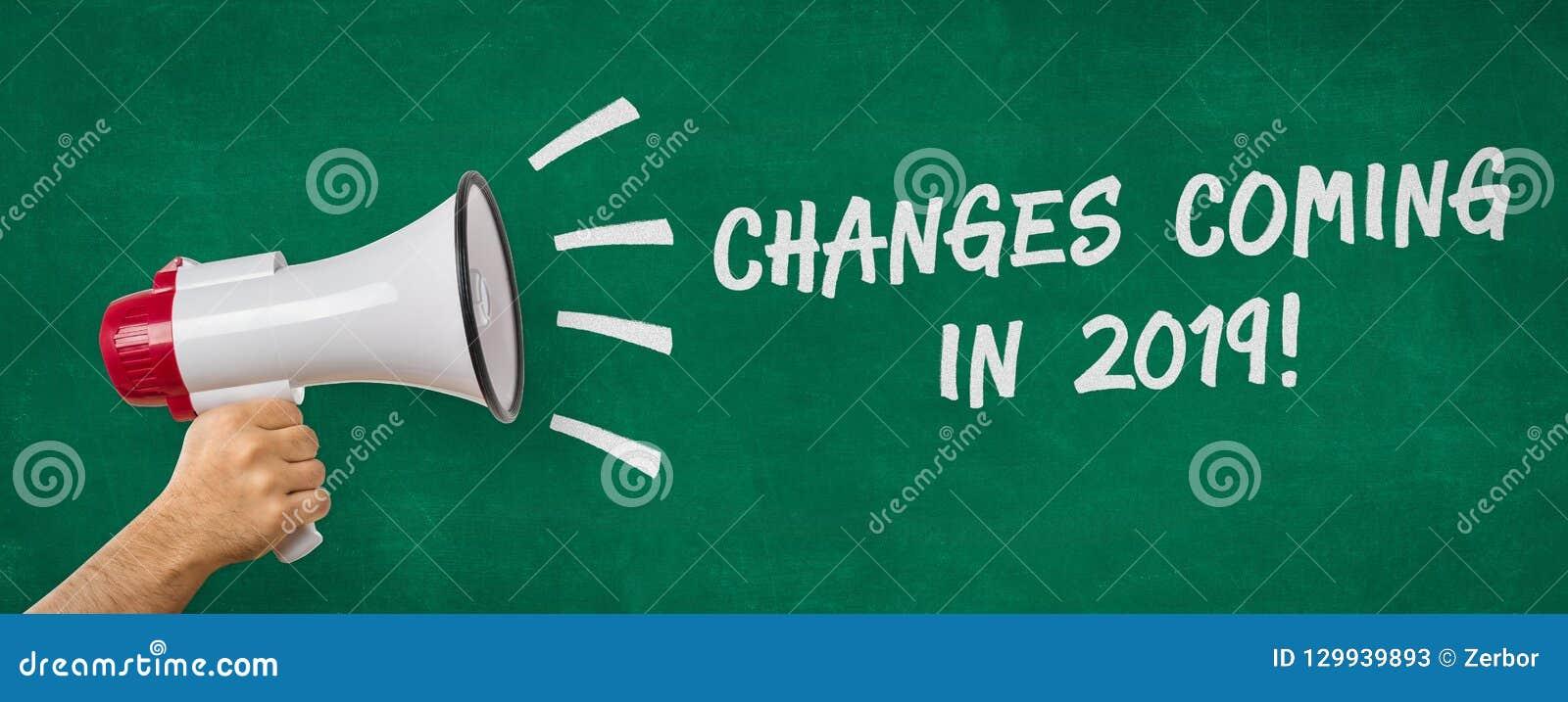 Ein Mann, der ein Megaphon hält - ändert im Jahre 2019 kommen