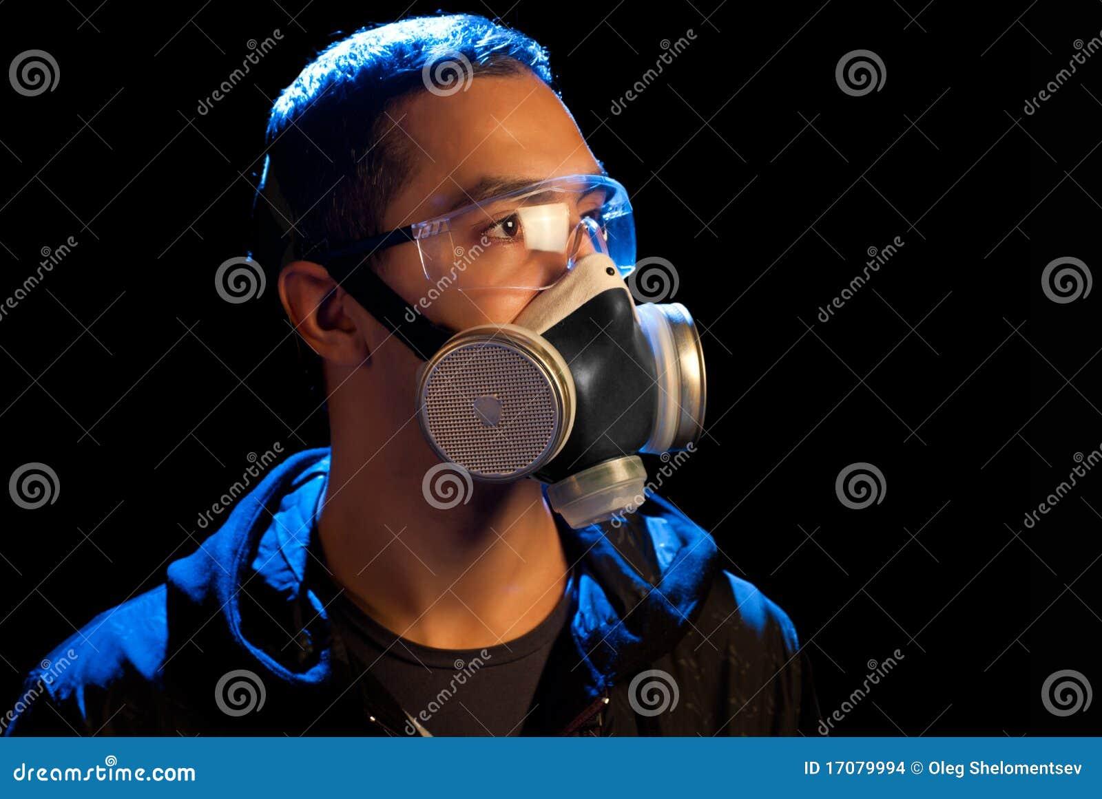 Ein Mann in einem Respirator und in den Gläsern
