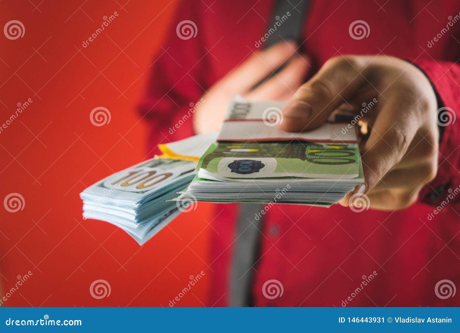 Ein Mann in einem roten Hemd mit einer Karte hält in seiner Hand ein Pack von Rechnungen auf einem roten Hintergrund
