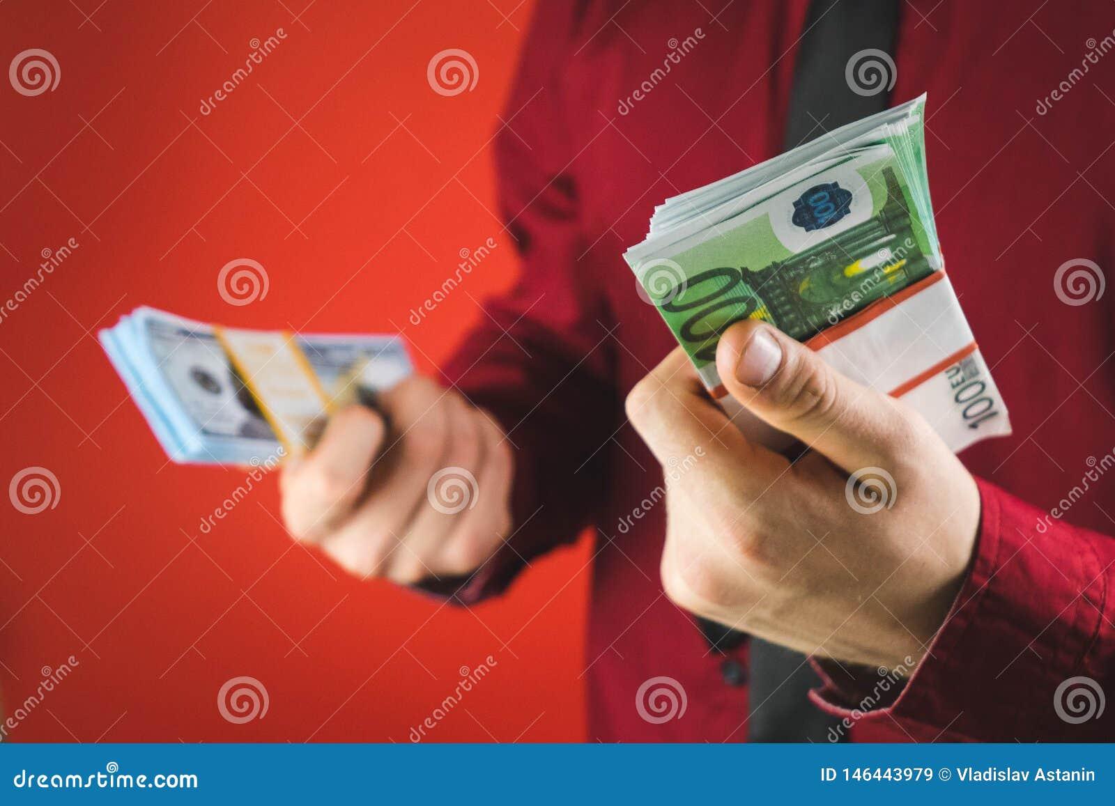 Ein Mann in einem roten Hemd mit einer Karte h?lt in seiner Hand ein Pack von Rechnungen auf einem roten Hintergrund