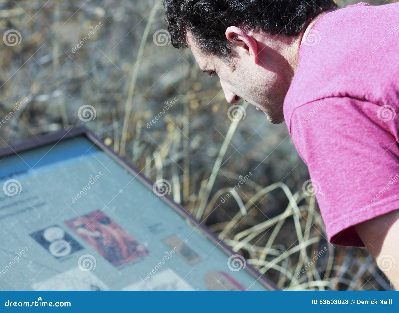 Ein Mann Liest Ein Zeichen Bei Murray Springs Clovis Site