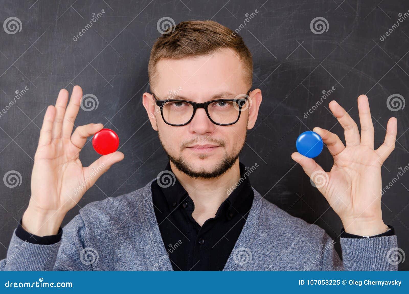 Ein Mann mit Gläsern bietet an, eine der Wahlen zu wählen