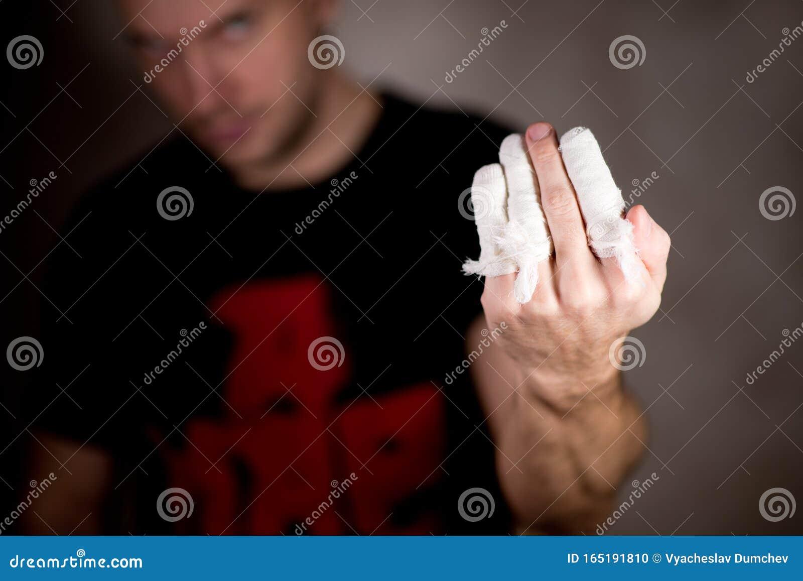 Schwarzer Kerl fingert weißes Mädchen