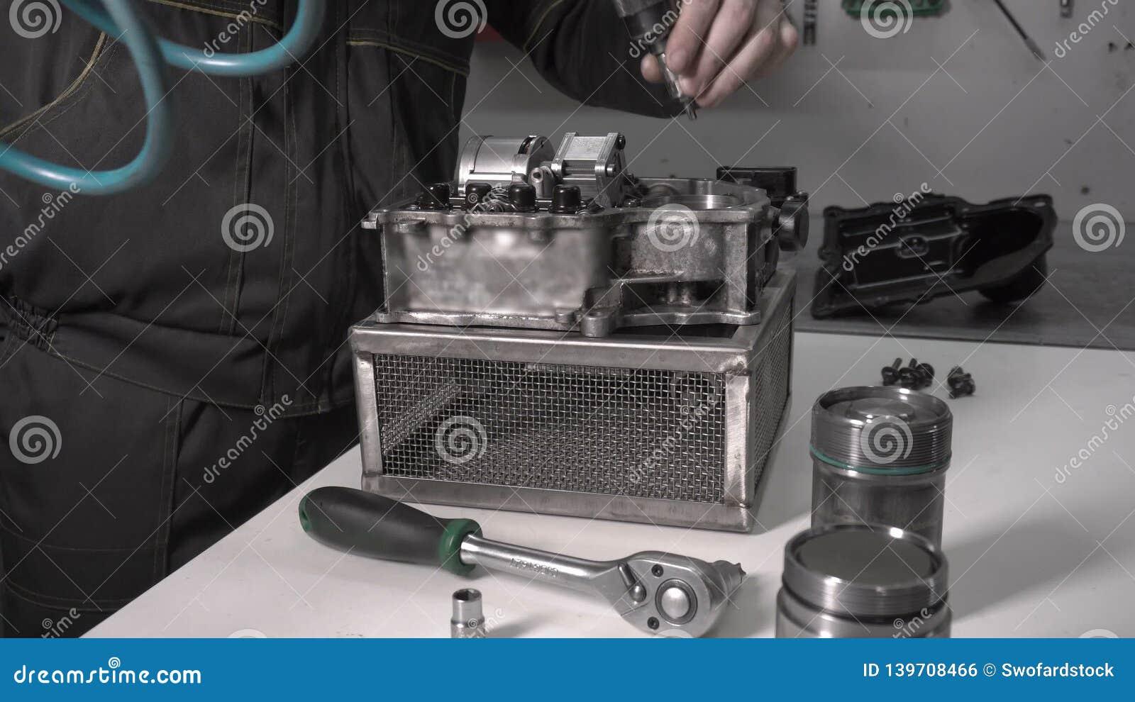 Ein modernes Automobilgetriebe zusammenbauen, nachdem der Akkumulator ersetzt worden ist, Roboter stock video footage