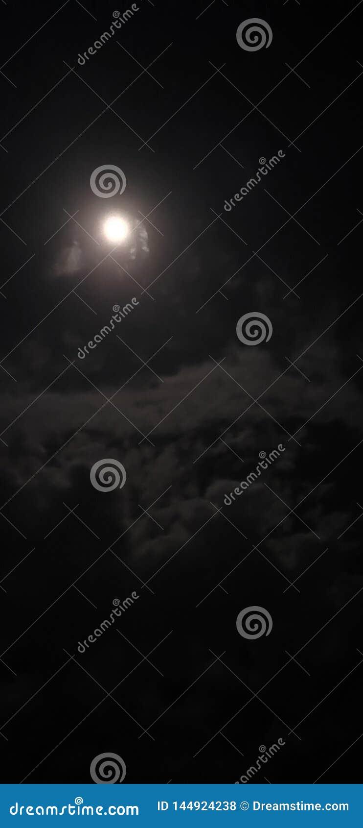 Ein Mond durch v15 Pro