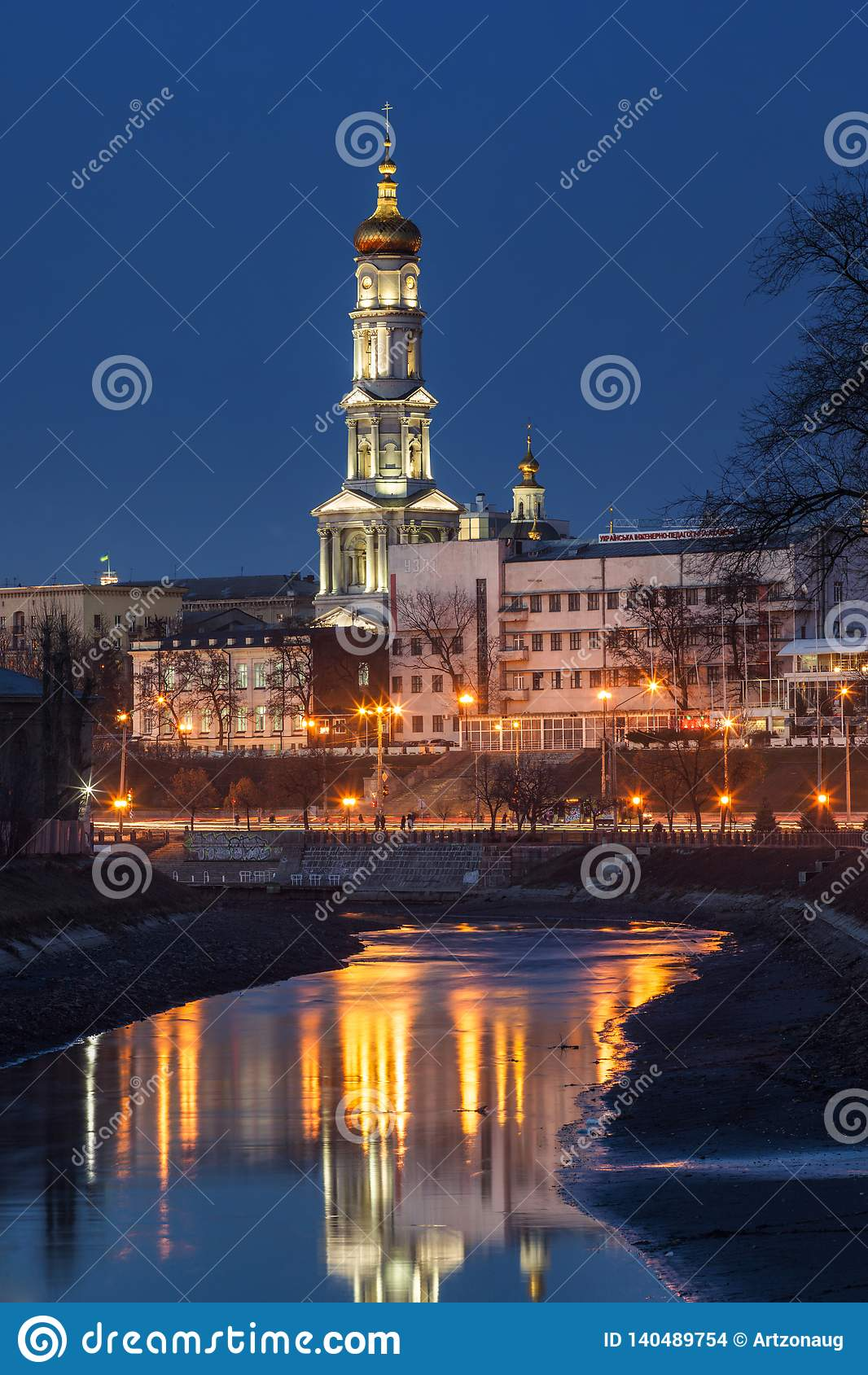 Ein Nachtstadtbild von Charkiw