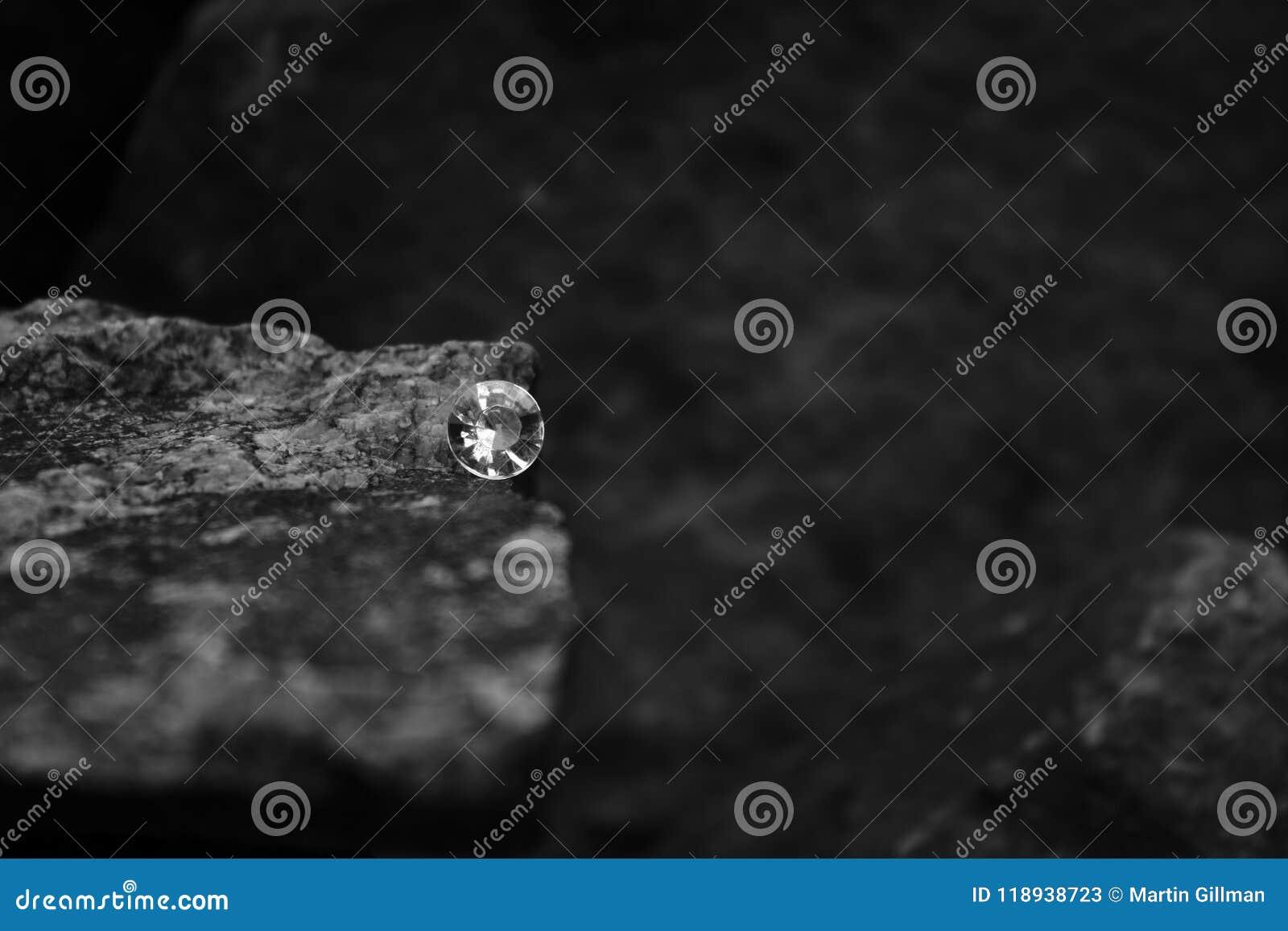 Ein Nahaufnahme-Bild von einzelnen Diamond Showing die Facetten des Edelsteins auf einem Felsen