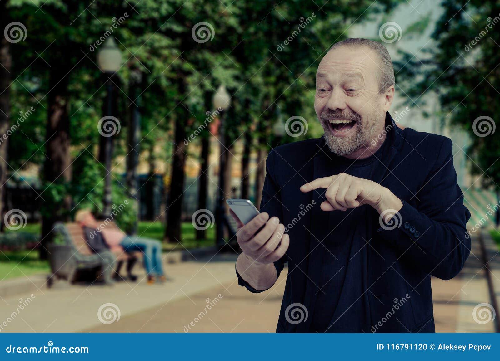 Ein netter, bärtiger, weißer Mann spricht am Telefon