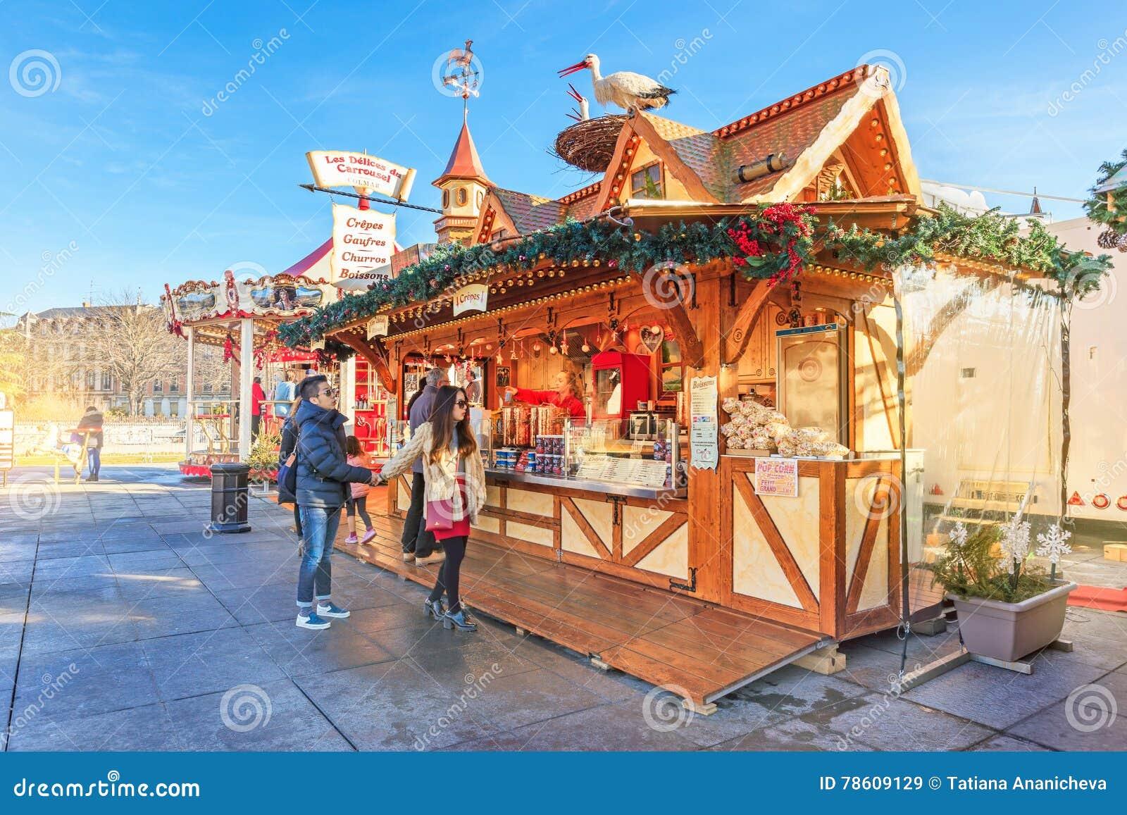 Colmar Weihnachtsmarkt.Ein Paar Auf Weihnachtsmarkt Colmar Frankreich Redaktionelles
