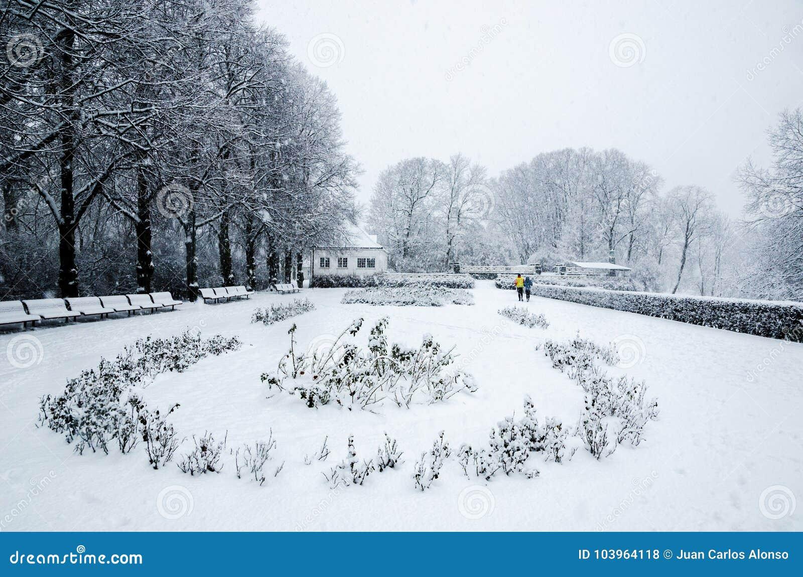 Ein Paar, das während eines Schnees läuft, fallen in Vigeland-Park in Oslo