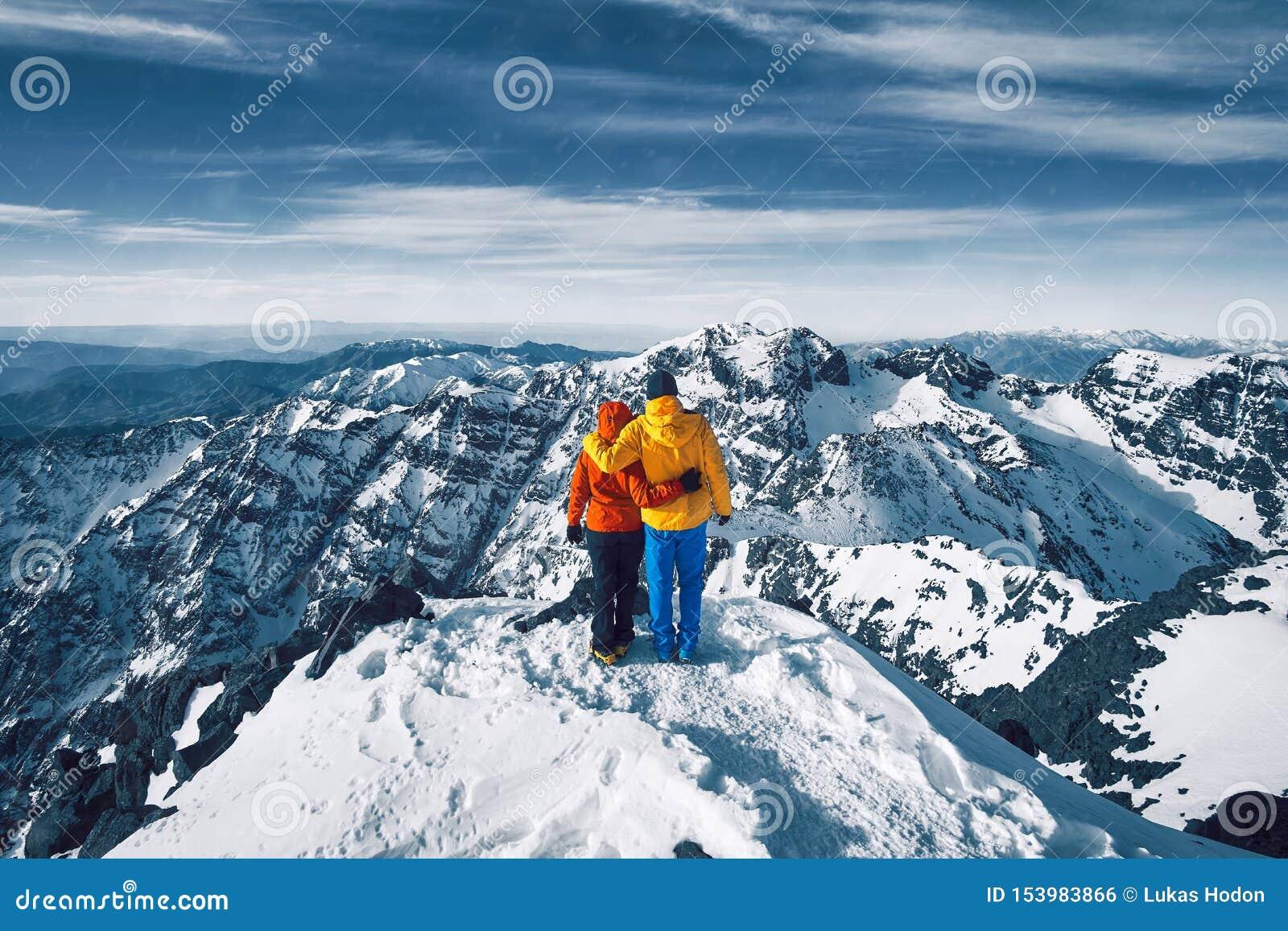 Ein Paar in der Liebe in den romantischen aktiven Ferien in den hohen Atlasbergen