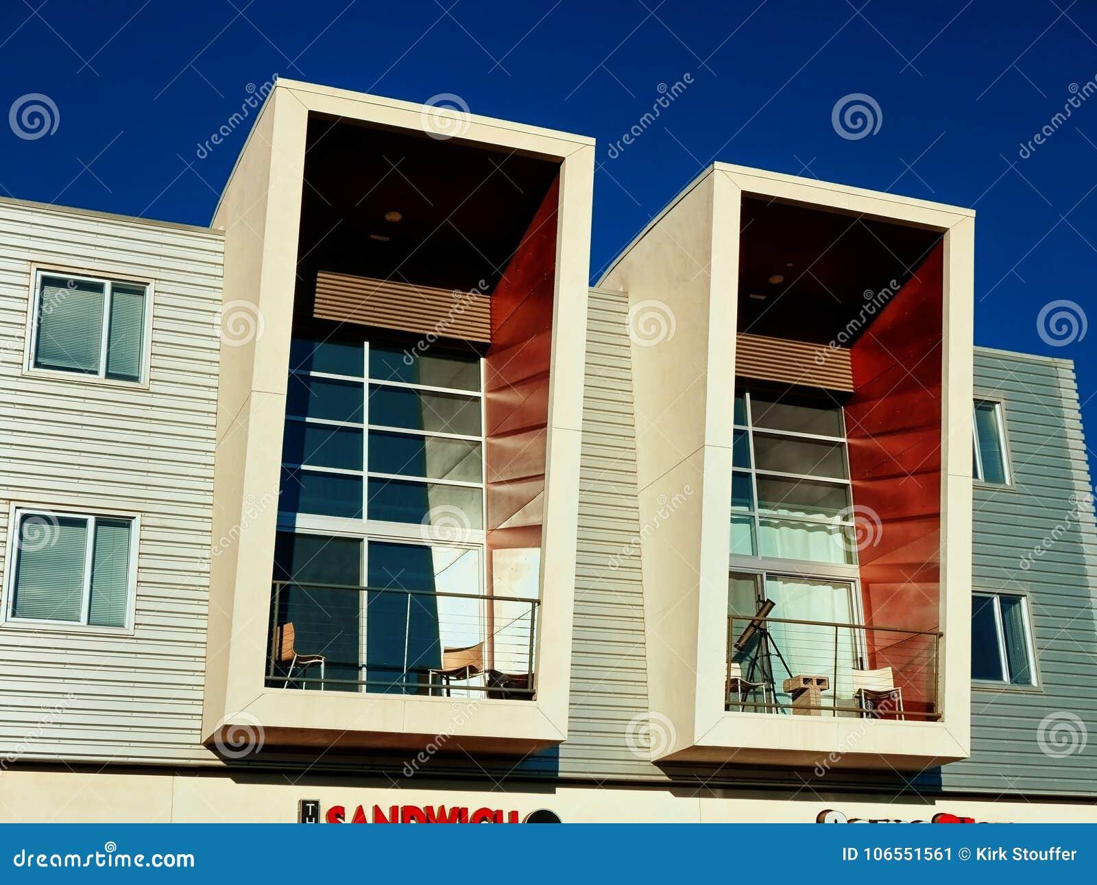 56b7736870117 Ein Paar Moderne Balkone In Einem Modernen Gebäude Stockbild - Bild ...