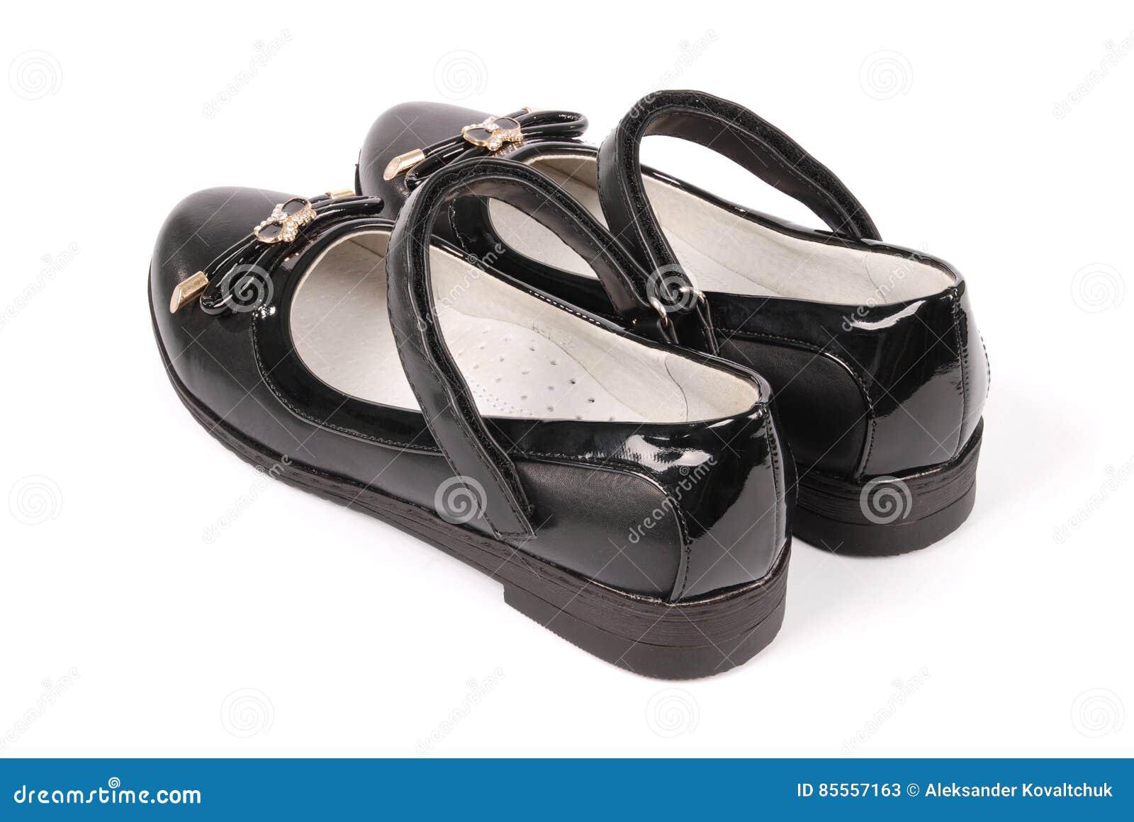 Ein Paar schwarze Lederschuhe für Kinder
