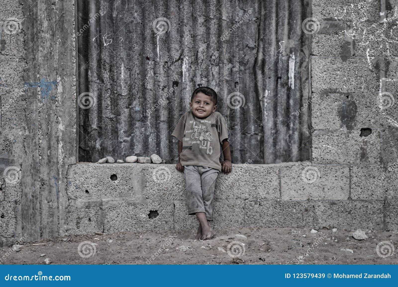 Ein palästinensisches Kind lächelt von den toten Nachbarschaften von Gaza-Stadt