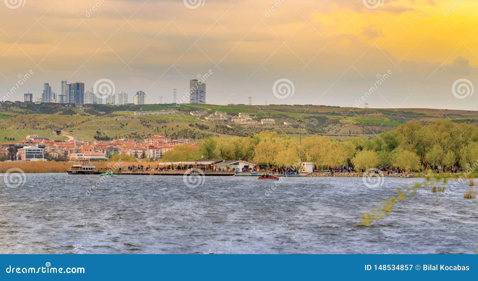 Ein Park nahe See Mogan mit Golbasi-Stadt Ankara, die Türkei