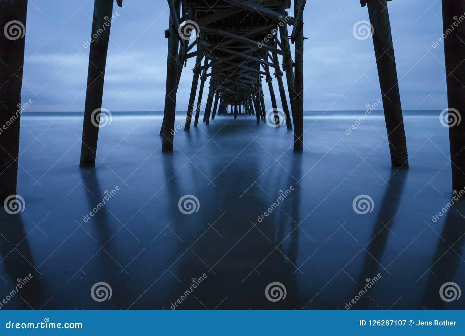 Ein Pier in Nord-Carolina von darunterliegend
