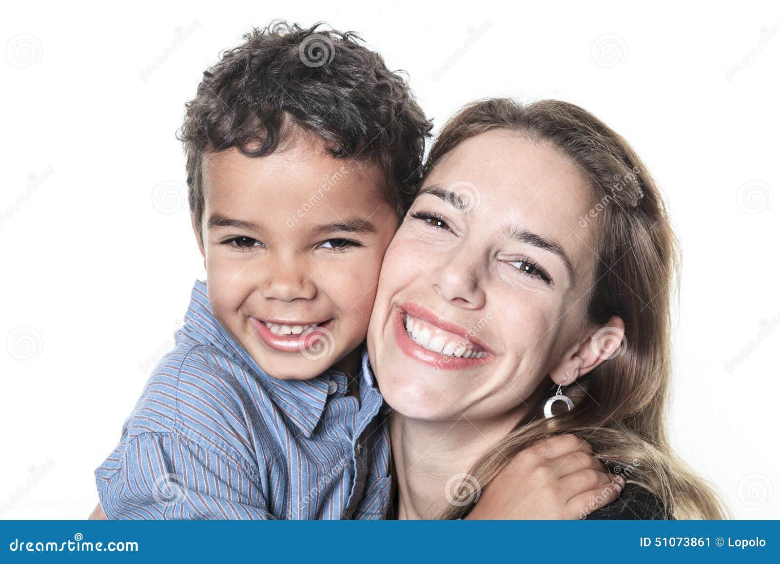 Ein Porträt der glücklichen netten afrikanischen Familie
