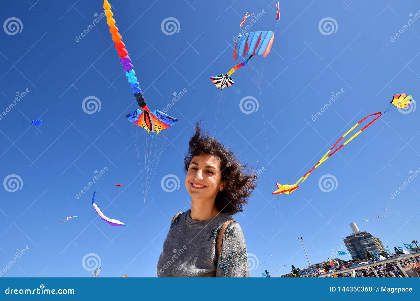 Ein Porträt einer jungen Frau mit den Drachen Festival der Winde, Bondi-Strand, Sydney, Australien