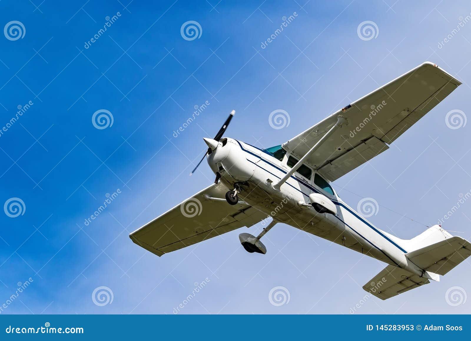 Ein Privatflugzeugfliegen über Irland