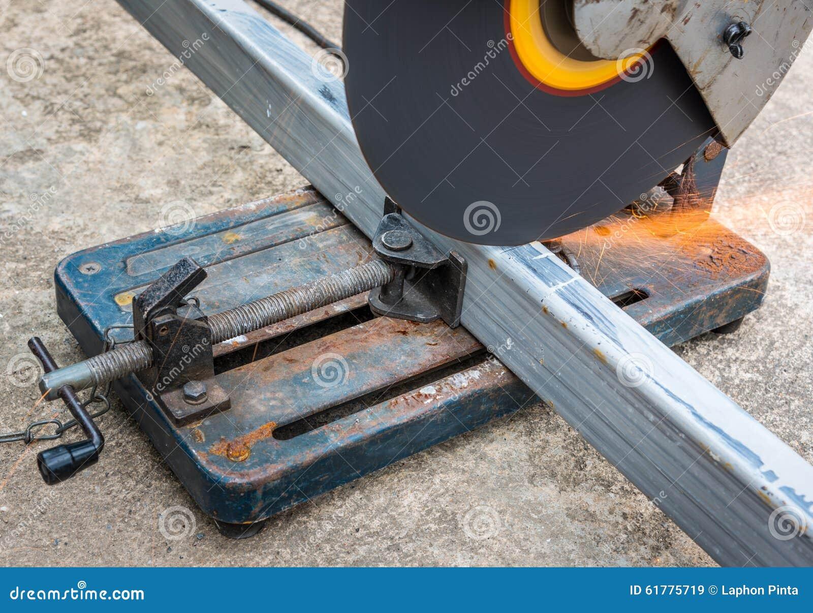 Ein Quadratisches Metall Und Einen Stahl Mit Verbundgehrungsfuge