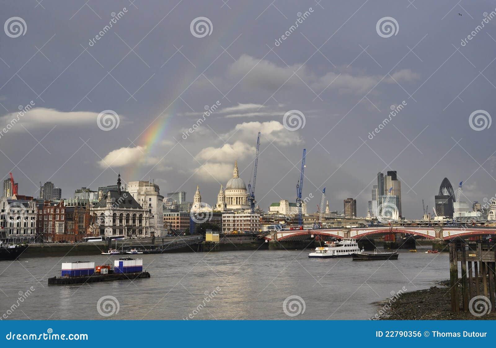 Ein Regenbogen über London