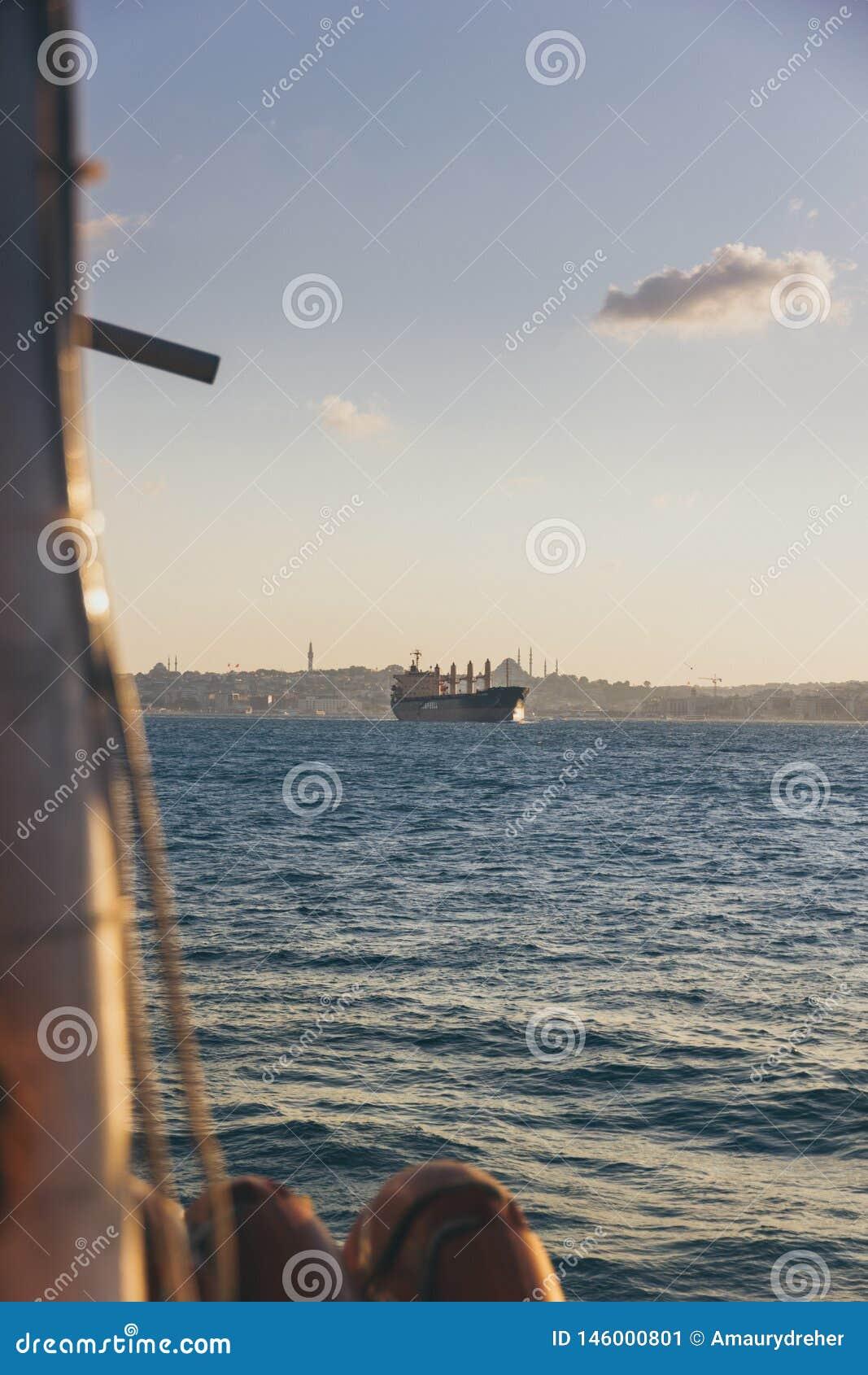 Ein riesiges argo, das über Bosphorus funktioniert